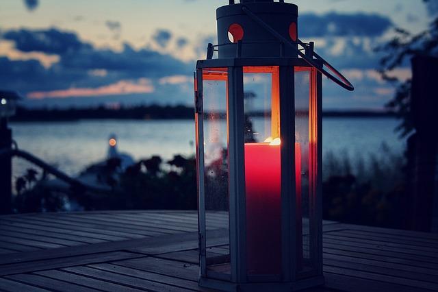 Eine Laterne lässt sich gut mit einem personalisierten Gutschein verschenken, etwa für ein Candle-light-Dinner