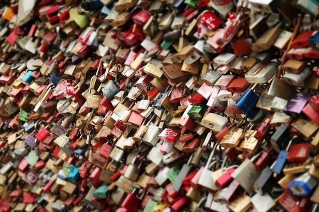 Der Schlüssel zum Liebesschloss wird vom Paar üblicherweise in den Fluss oder See geworfen