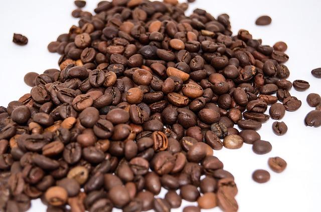 Passend zum Kaffee-Set ist es, den Umschlag für den Gutschein mit Kaffeebohnen zu verzieren