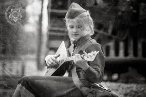 Gitarre spielende-soldatin